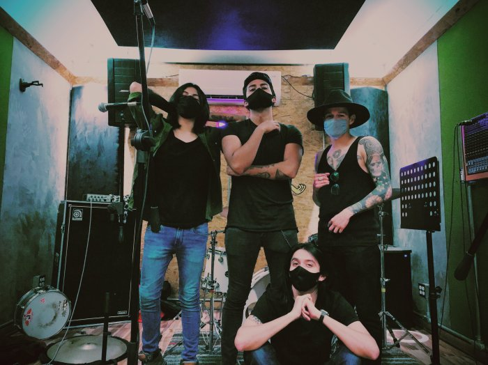 La agrupación la componen: Brian Alarcón (Voz y guitarra) Eduardo Saleth (Segunda voz y bajo) Alan Olvera (Guitarra) Aaron Ruiz (Batería).